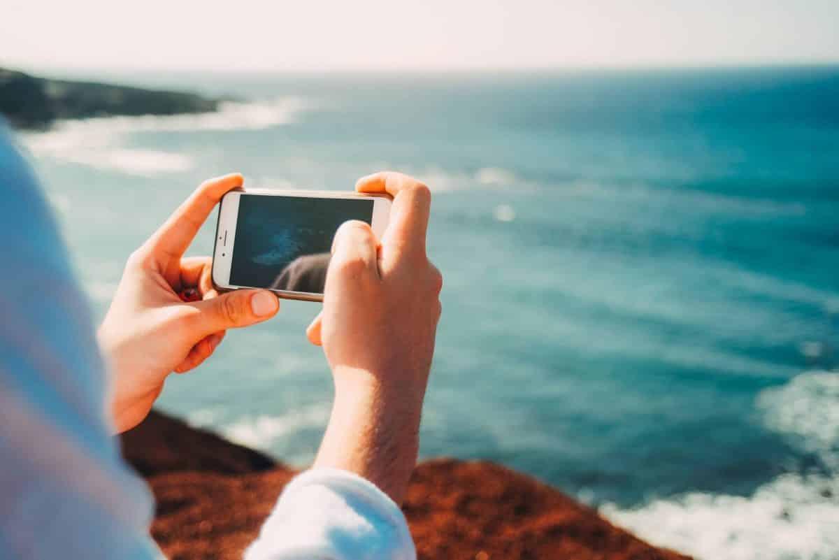 iphone-hand-man-beach-sea-coast-28195-pxhere.com