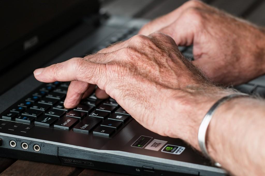 Ordinateur et personne âgée