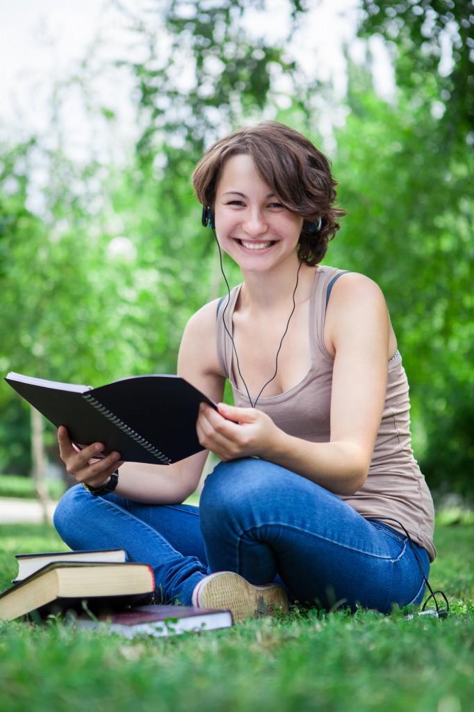 Etudiante dans un parc