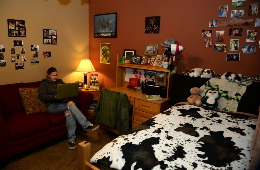Etudiant dans une chambre face à un ordinateur