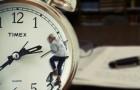 Personne bloquée sur les aiguilles d'une horloge