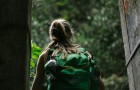 Randonneuse avec un sac à dos