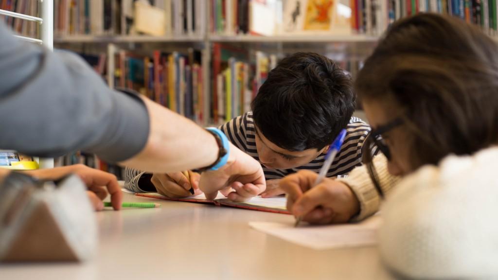 Des enfants qui écrivent