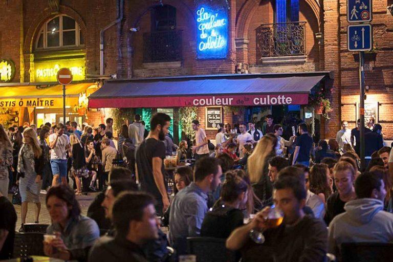 C'est quoi ces associations présentes sur la place Saint-Pierre lors des soirées ?