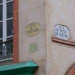 [#LeBQE] À quoi servent les plaques de rues jaunes et grises ?