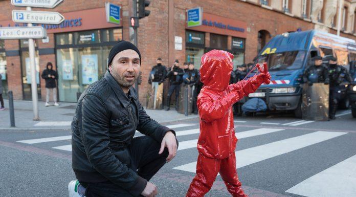 L'enfant au lance-coeur lors de la manifestation des lycéens © Rémi Benoit