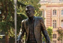 La statue de Claude Nougaro au square Charles de Gaulle