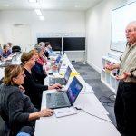 Réduire la fracture numérique en initiant les seniors à l'informatique