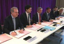 Le ministre chargé de la Ville et du Logement, le préfet de Haute-Garonne les élus locaux signent les conventions du NPNRU et de l'Anah, qui actent le plan d'aide aux logements des quartiers prioritaires. Crédit : Mairie de Toulouse