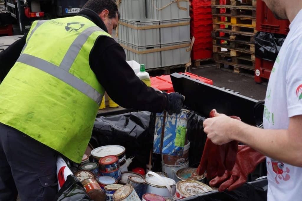 Un-opérateur-de-déchets-répartit-les-déchets-entre-les-différents-bacs-de-tri