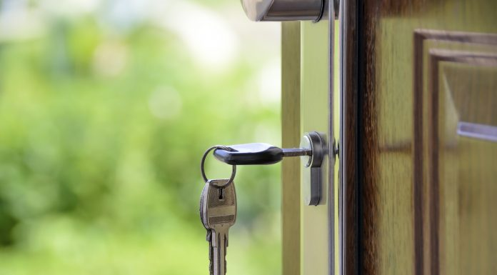 porte ouverte avec une clé dans la serrure