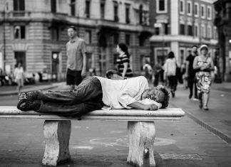 Personne qui dort dans la rue