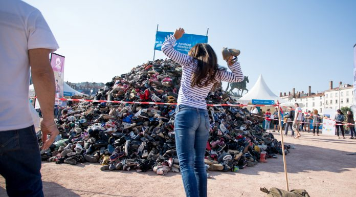 La pyramide de chaussures d'Handicap international