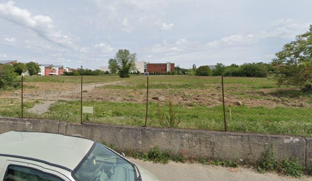 Jean-Luc Moudenc retoque un projet de ferme urbaine sur ce terrain en friche dans le quartier des Pradettes, à Toulouse