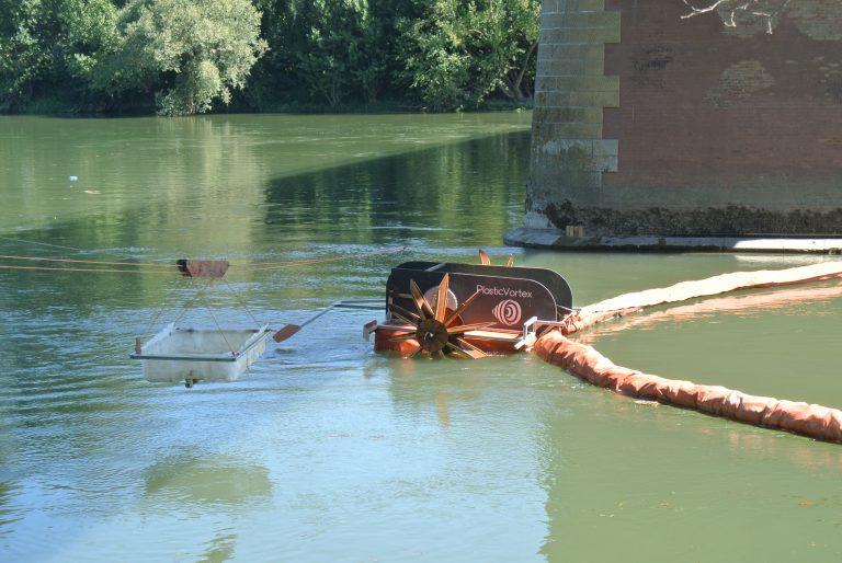 Avec son collecteur, Plastic Vortex récupère le plastique dans la Garonne