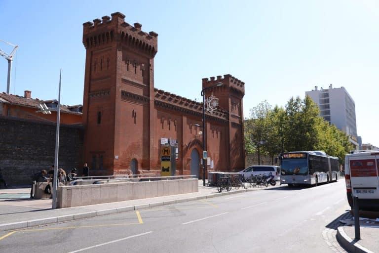Des visites au pied du mur de la prison Saint-Michel