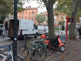 Voitures devant l'école Michelet à Toulouse