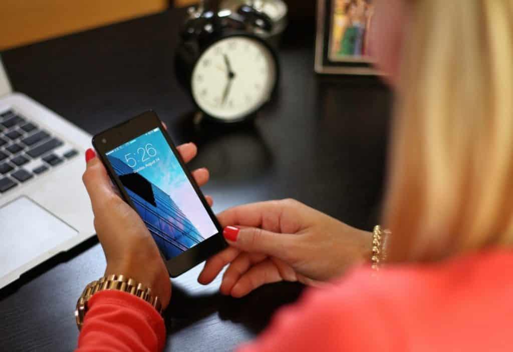 femme ordinateur portable smartphone attestation numérique téléphone
