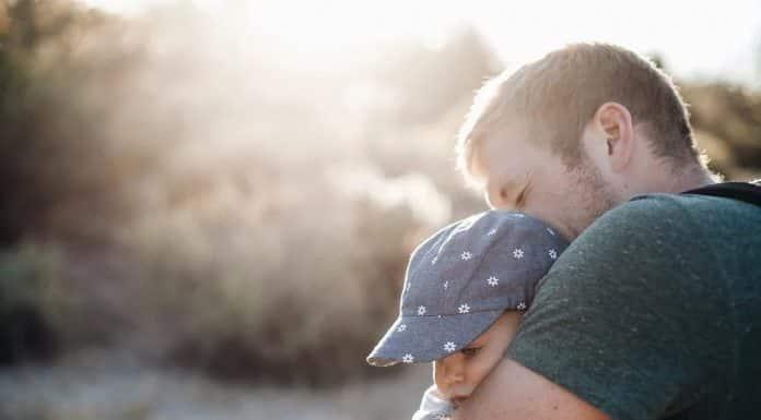 Enfant dans les bras