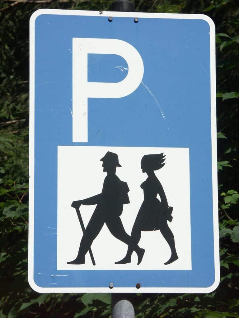 Panneau parking pour randonneurs Crédit photo : Jaypee/ CC BY-SA 2.5