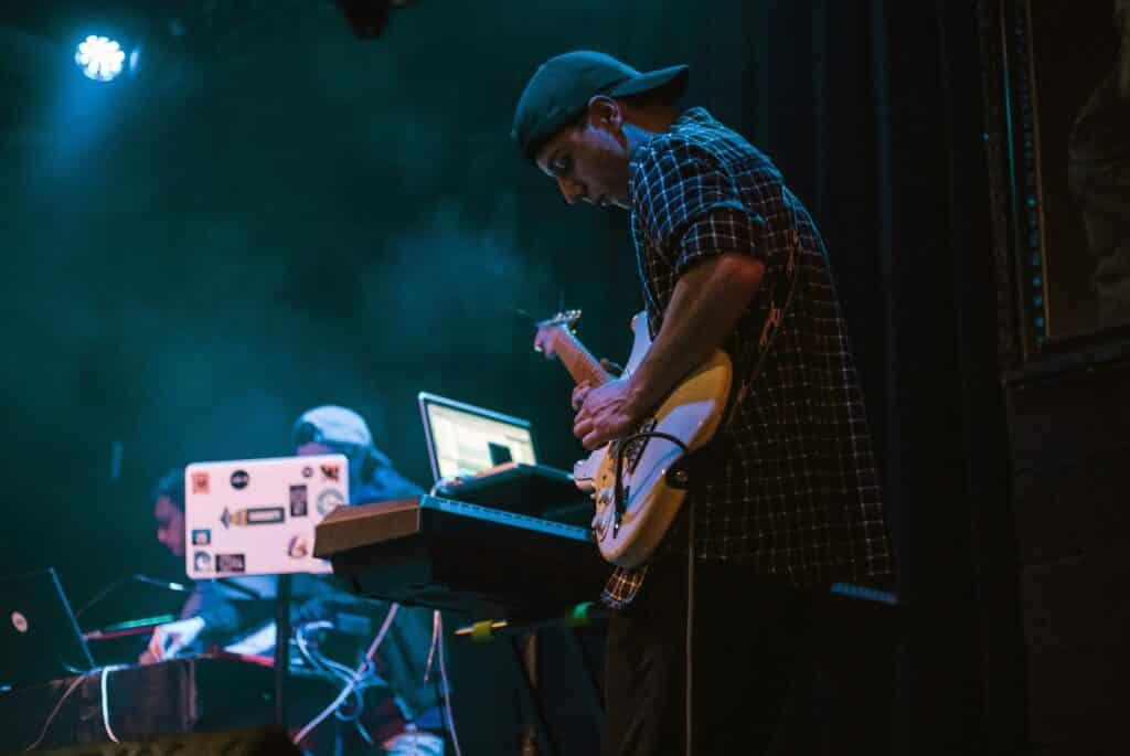 Léo Magos avec sa guitare sur scène