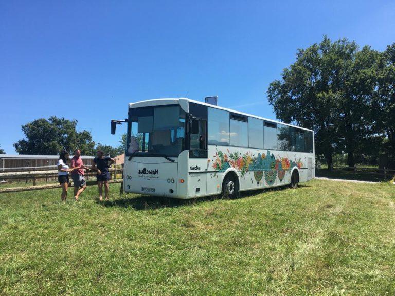 MagicBus, une auberge de jeunesse itinérante dans un bus aménagé