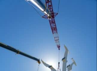 Installation d'un pylône sur le chantier du téléphérique toulousain Téléo