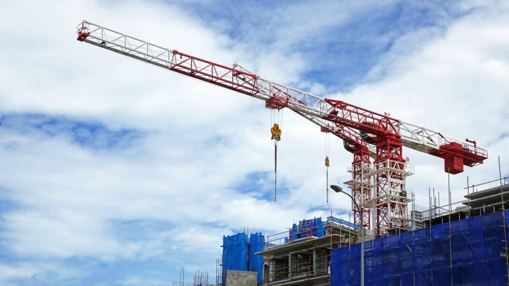 Toulouse Métropole Habitat, premier bailleur public de Haute-Garonne, ambitionne la construction de 3200 logements sociaux en 4 anschantier BTP Grue