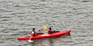 Des personnes font du kayak