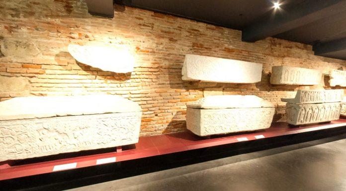 La salle des sarcophages du musée Saint-Raymond