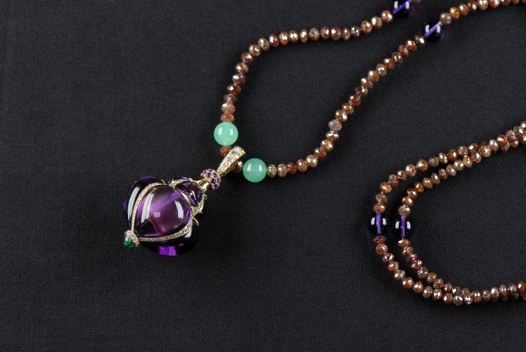 Le collier parfumé des maîtres de la création