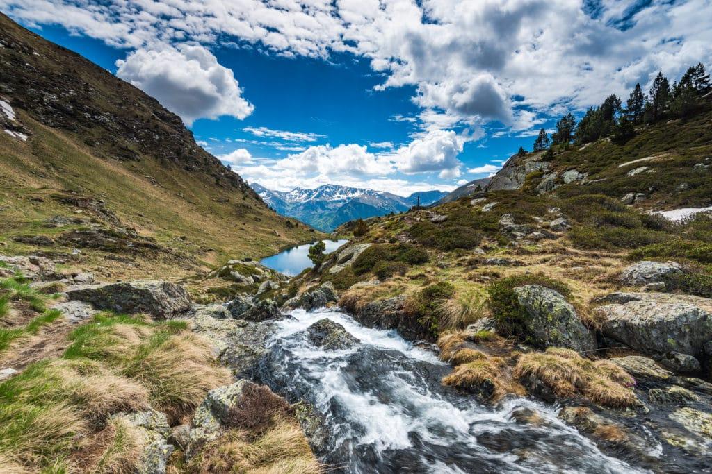 Cascade d'eau dans les montagnes en Andorre