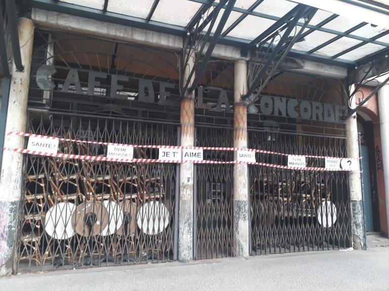 Des guirlandes de ruban de signalisation pour soutenir les lieux fermés