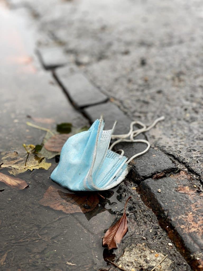 Masques recyclés rues pollution