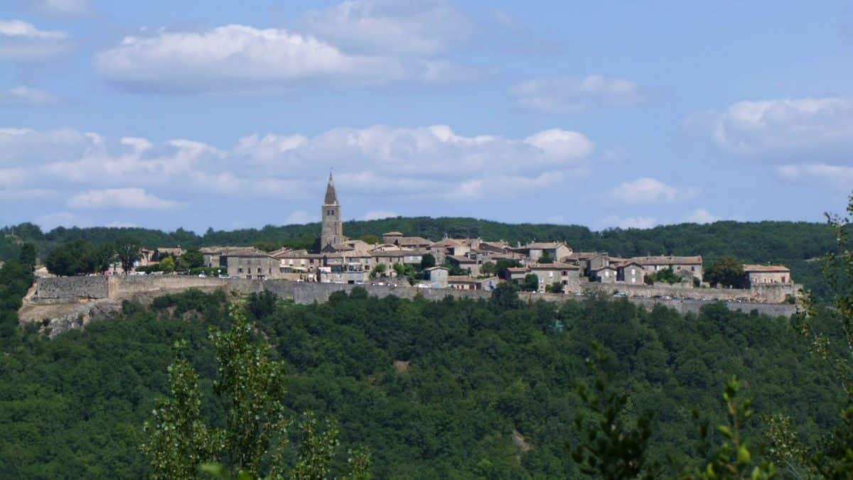 Le village fortifié de Puycelsi, vu depuis al forêt de Gresigne. Serge Imbert CC BY-NC-ND 2.0