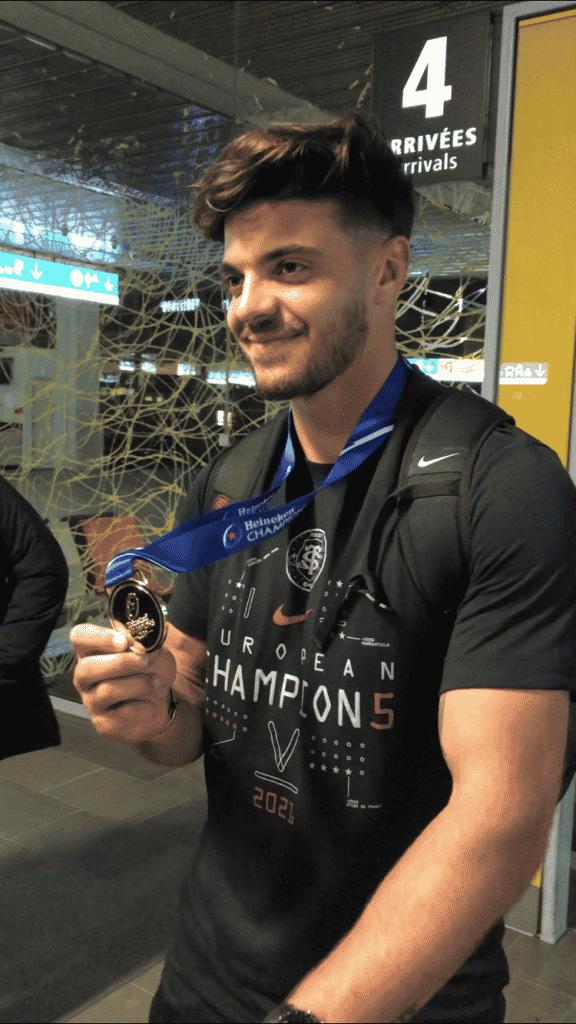 Romain Ntamack et sa médaille