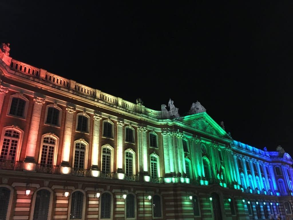Le Capitole illuminé des couleurs arc-en-ciel / Léo Molinié