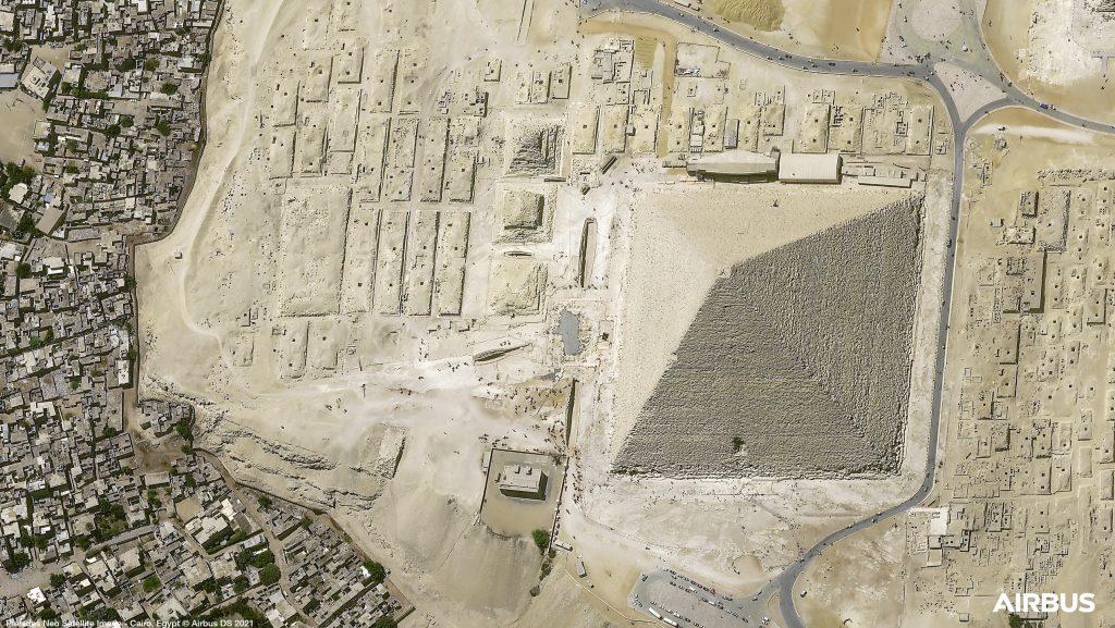 La pyramide de Gizeh, au Caire, en Egypte, photographiée par le satellite Pléiades Neo 3 d'Airbus @Airbus