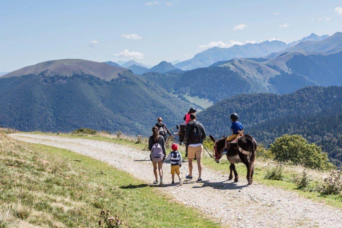 Famille-randonnée-hauteurs-de-Montesquieu-Volvestre
