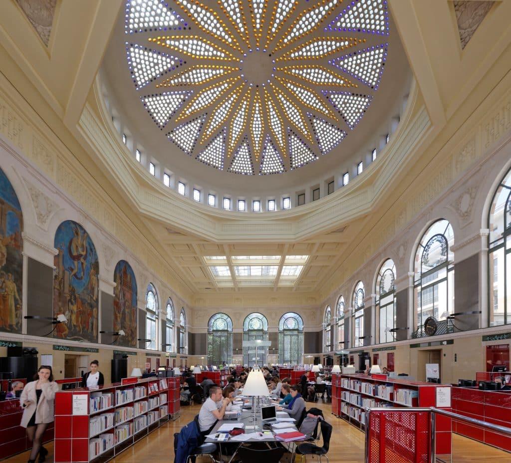 La salle de lecture de la bibliothèque du Périgord à Toulouse, surmontée d'une magnifique coupole