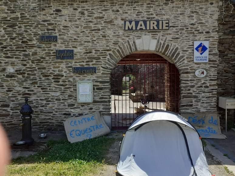 UN collectif d'havitants bloque la mairie de Saint-Etienne-Vallée-Française depuis une semaine.