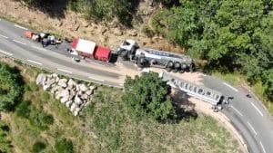 Suite à l'accident d'un camion-citerne, mardi 10 août sur la commune d'Ispagnac en Lozère, environ 15 000 litres de fioul ont été répandus sur la chaussée. / Crédit photo : préfecture de Lozère