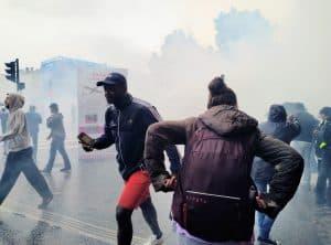 Photo d'illustration : des manifestants au milieu de gaz lacrymogène à Toulouse durant la manifestation contre le pass sanitaire le 31 juillet / Bryan Faham